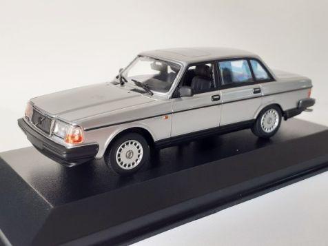 1:43 Maxichamps 1984 Mercedes-Benz 190E in Silver Metallic