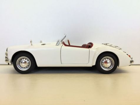 T9 1800165 1:18 T9 Collection 1959 MGA MK1 Twin Cam Closed Soft Top & Dunlop Peg Wheels